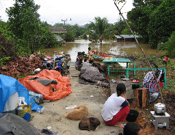A community affected by flooding in the village of Ujoh Bilang, in Kutai Barat District, East Kalimantan, in June 2006. (Photo by Godwin Limberg)